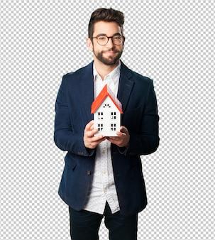 Jeune homme tenant un objet de maison