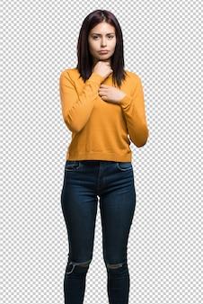Jeune jolie femme avec un mal de gorge