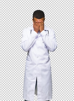 Jeune médecin afro-américain avec expression fatiguée et malade