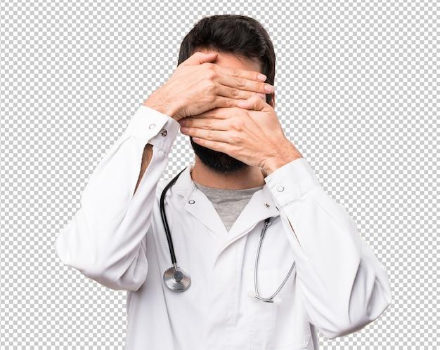 Jeune médecin couvrant son visage