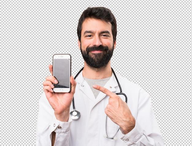 Jeune médecin parlant au mobile