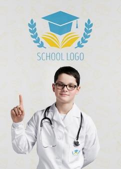 Jeune médecin pointant vers le haut