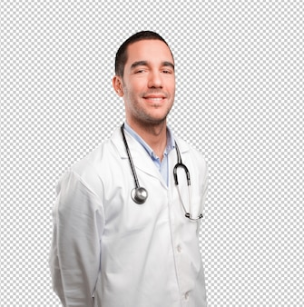Jeune médecin satisfait posant