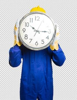 Jeune ouvrier inquiet pour l'heure sur fond blanc