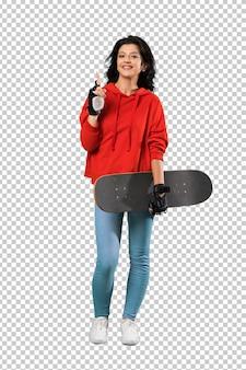 Jeune patineuse femme pointant vers le haut une excellente idée