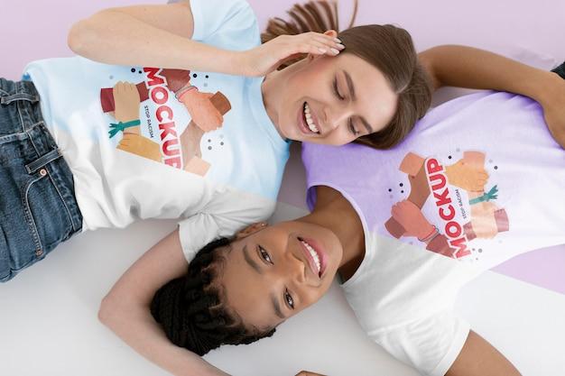 Jeunes femmes représentant le concept d'inclusion avec des maquettes de t-shirts