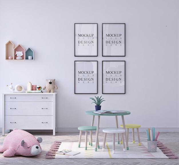 Joli petit jardin d'enfants en classe avec maquette encadrée par affiche