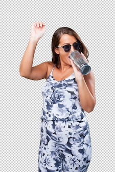 Jolie femme buvant une bière