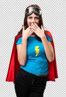 Jolie fille super-héros couvrant sa bouche