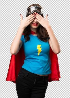 Jolie fille de super héros couvrant ses yeux
