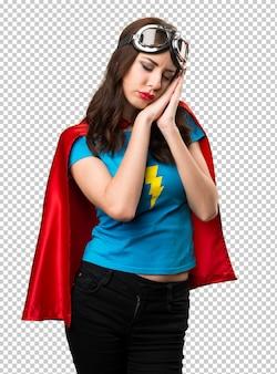Jolie fille de super-héros faisant un geste de sommeil