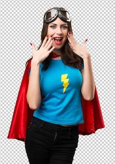 Jolie fille super-héros faisant un geste de surprise