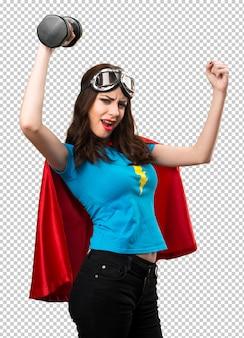 Jolie fille de super-héros faisant de l'haltérophilie