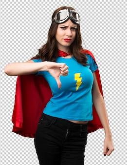 Jolie fille de super-héros faisant un mauvais signal