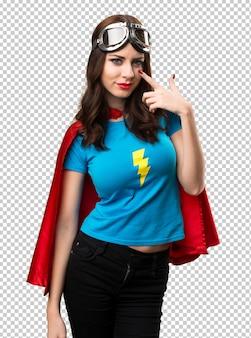 Jolie fille de super-héros montrant quelque chose
