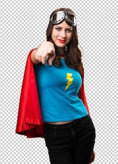 Jolie fille de super-héros pointant vers l'avant
