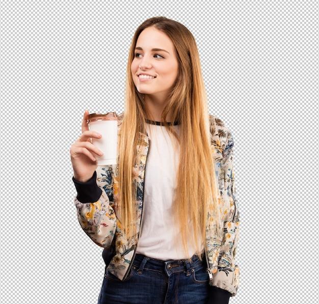 Jolie jeune femme buvant un café