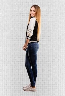 Jolie jeune femme pose
