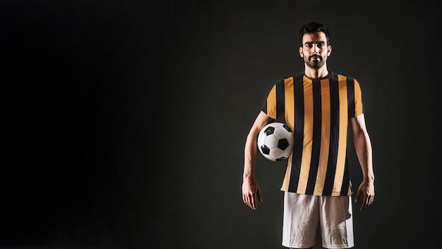 Joueur de football posant