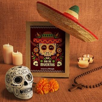 Jour des morts sombrero mexicain traditionnel et maquettes de crâne floral