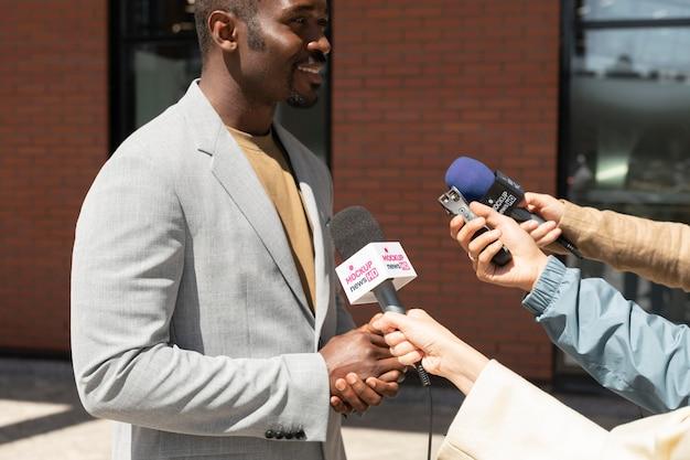 Journaliste tenant une maquette de microphone