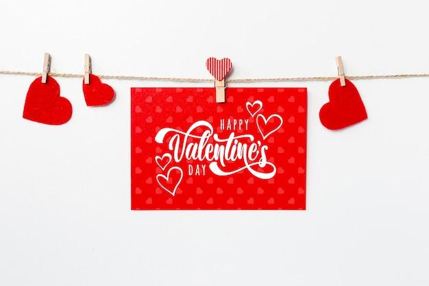 Joyeux saint valentin lettrage sur carton rouge
