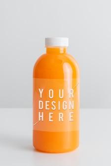 Jus d'orange bio frais dans une maquette de bouteille