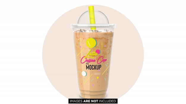 Latte froid de café avec la tasse en plastique de récipient de glace avec la maquette de tuyau de psd