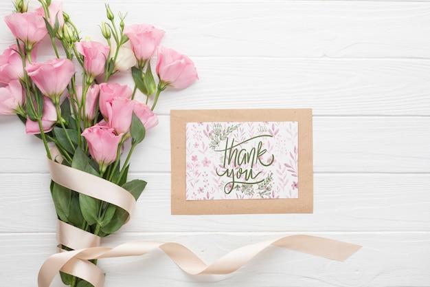 Lay plat de cadre et bouquet sur fond en bois