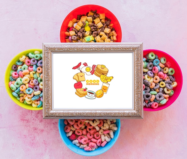 Lay plat de céréales colorées et cadre sur fond uni