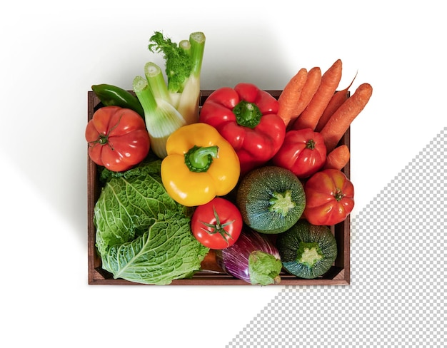 Légumes frais dans une boîte en bois isolée du fond blanc, vue de dessus