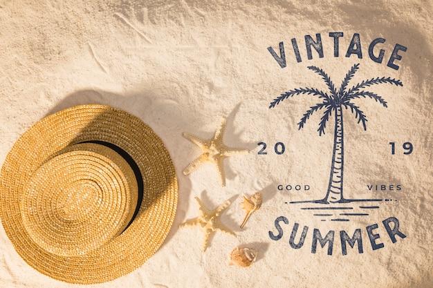 Lettrage de fond d'été avec des éléments de plage