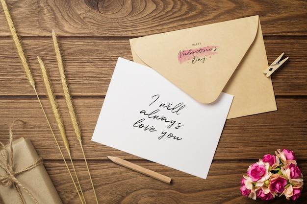 Lettre de maquette et enveloppe sur bois
