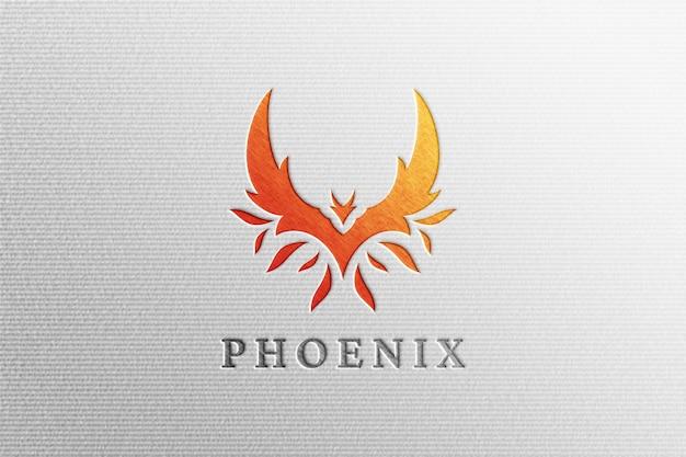 Lettre propre pressée maquette de logo phoenix sur papier blanc