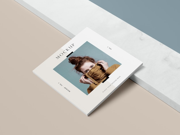 Livre carré vue haute avec maquette de magazine éditorial femme et ombre