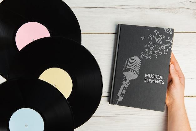Livre d'éléments musicaux avec disques vinyles vue de dessus