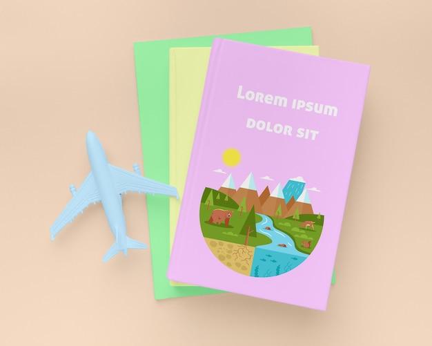 Livres à plat avec avion bleu