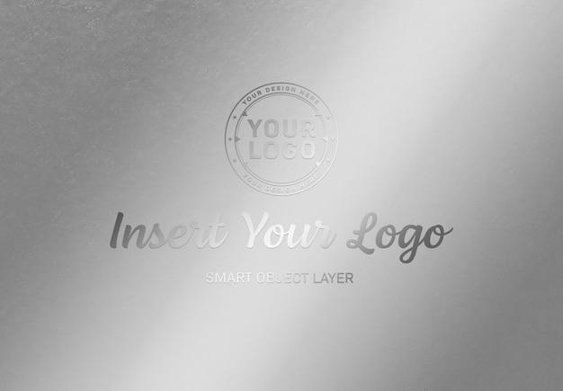 Logo chromé réfléchissant sur une maquette de plaque métallique