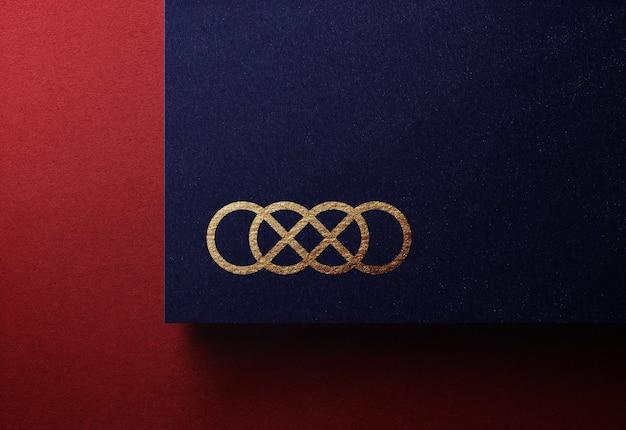 Logo de luxe doré sur carte de visite en relief noir uni