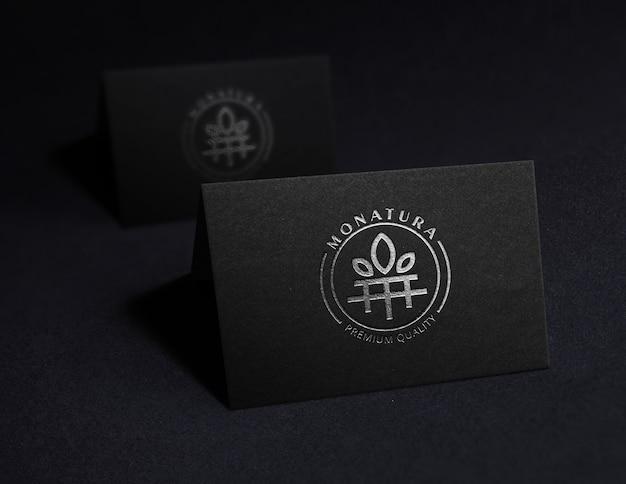 Logo de maquette en aluminium noir sur la carte