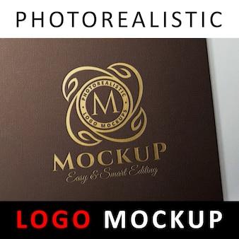 Logo maquette - logo estampé sur feuille d'or dorée estampée sur carte brune