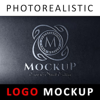 Logo maquette - logo peint en argent repoussé sur une surface en plastique noire