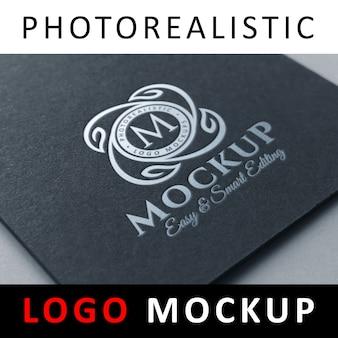 Logo mock up - estampage feuille d'argent sur papier cartonné noir