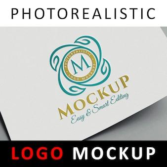Logo mock up - logo coloré sur papier blanc