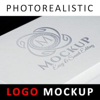 Logo mock up - logo estampé sur feuille d'argent imprimé sur une boîte blanche