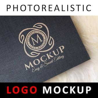 Logo mock up - logo imprimé sur papier noir