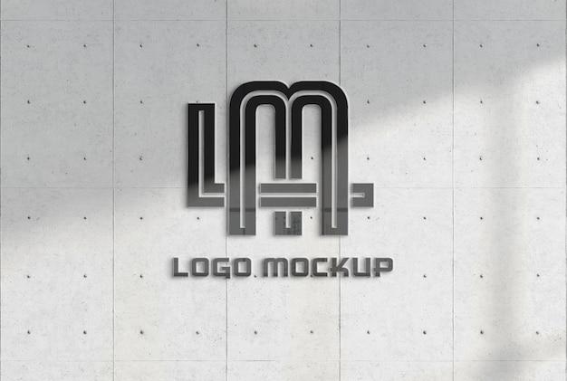 Logo réfléchissant sur la maquette de mur en béton de bureau