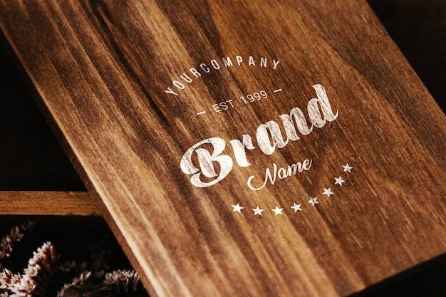 Le logo sur la table de bois se moque