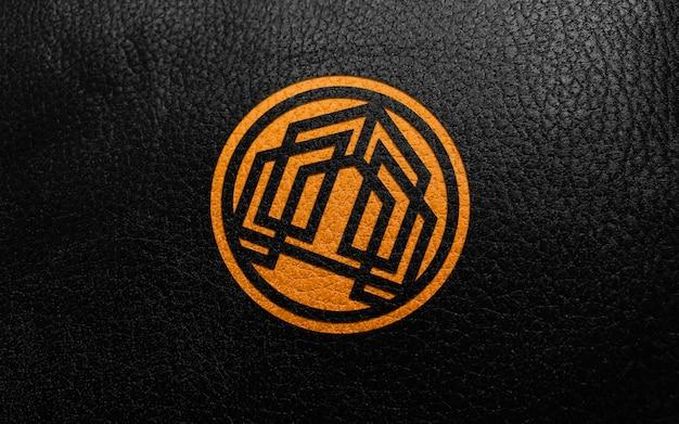 Logo tamponné en cuir noir