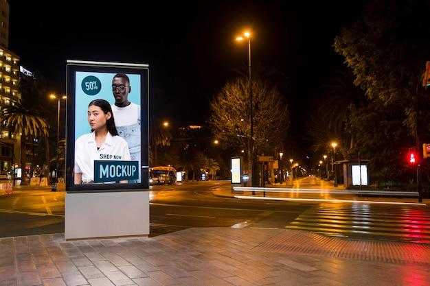 Lumières de la ville urbaine avec maquette de signe